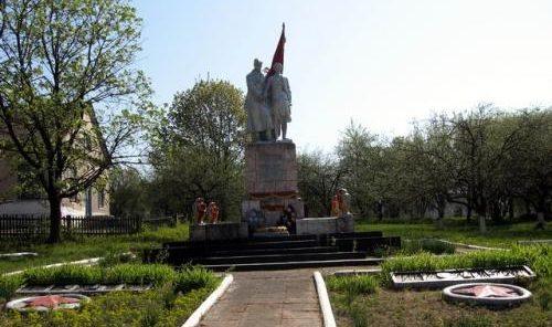 д. Лопушно Дятловского р-на. Памятник, установленный в 1967 году в память о 27 земляках, не вернувшимся с войны.