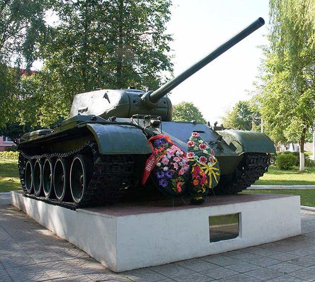 п. Корма. Памятник-танк Т-34 освободителям поселка.