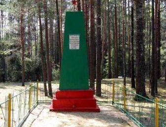д. Маськовцы Дятловского р-на. Памятник, установленный на братской могиле, в которой похоронено 2450 мирных жителей, расстрелянных немецко-фашистскими захватчиками.