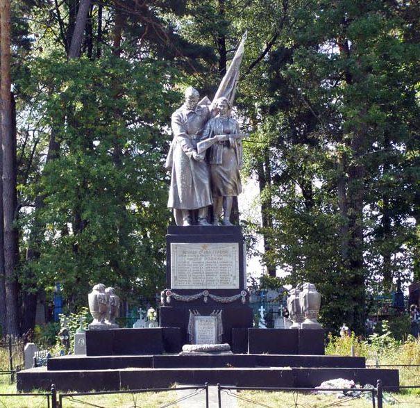 д. Зачепичи Щучинского р-на. Памятник, установленный в 1958 году на братской могиле, в которой похоронено 76 советских воинов.