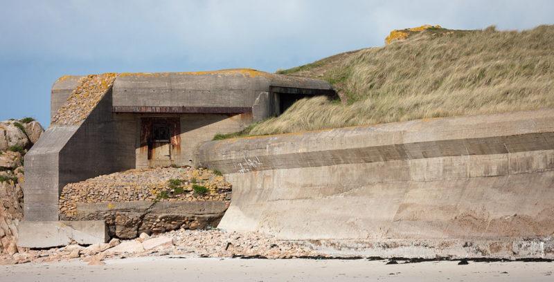 ДОТ с противотанковой береговой стеной.