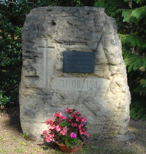 Памятный знак на могиле 21 бойца сопротивления.