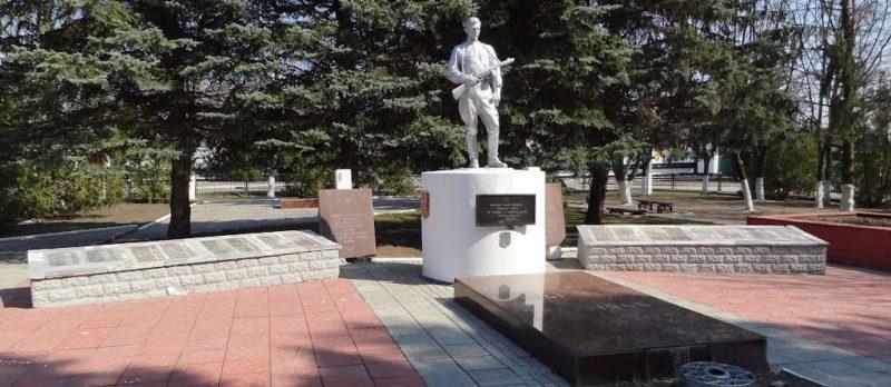 п. Корма. Памятник на площади Свободы, установленный на братской могиле, в которой захоронено 102 советских воина, павших в боях за освобождение Кормянского района.
