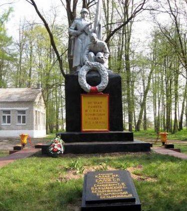 д. Мировщина Дятловского р-на. Памятник, установленный в память об 11 земляках, не вернувшимся с войны.