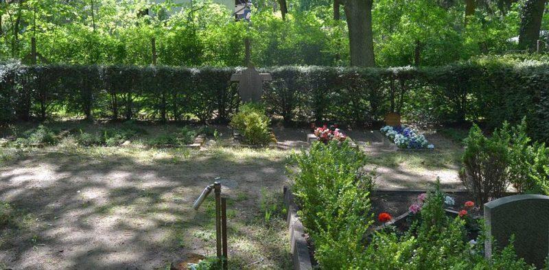 п. Шонехей. Братская могила жертв авиационного налета союзников 8 марта 1944 года.