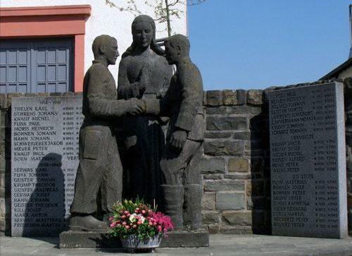 Коммуна Швирцхайм. Памятник землякам, погибшим во время обеих мировых войн.