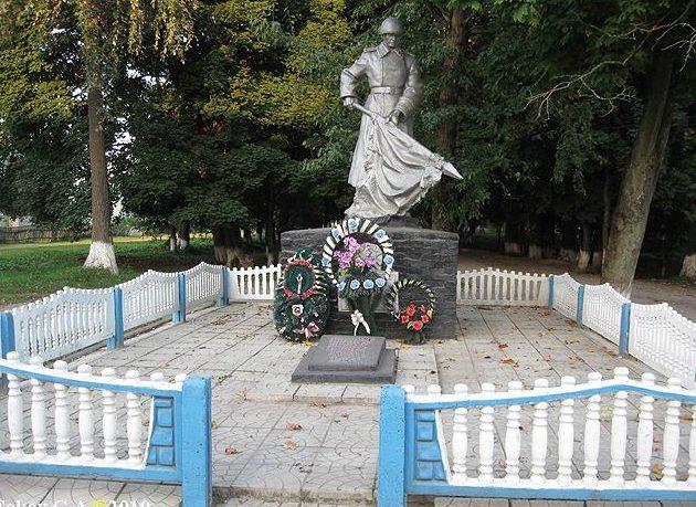 д. Староград Кормянского р-на. Братская могила воинов, погибших у деревни во время боёв с фашистами.