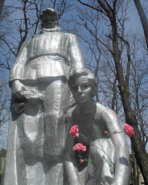 п. Хойники. Памятники советским воинам в зоне отчуждения.