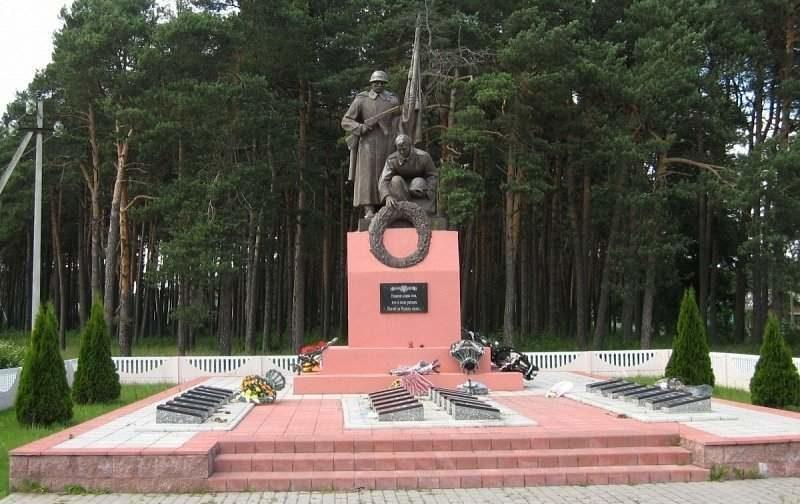 п. Новоельня Дятловского р-на. Памятник, установленный на братской могиле, в которой похоронено 23 советских воина, погибших в боях с немецко-фашистскими захватчиками при освобождении района в 1944 году.