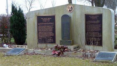 Коммуна Perl. Памятник немецким и американским солдатам, погибшим в этом регионе в 1944-1945 годах.