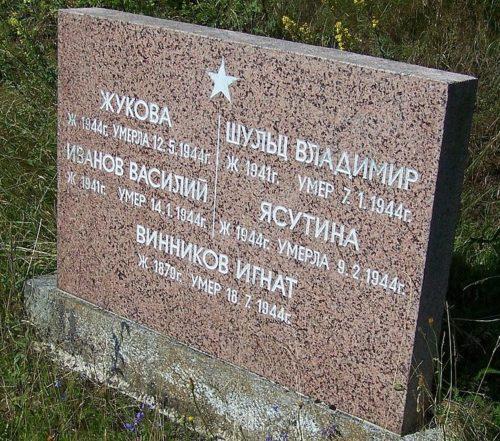 г. Рула. Памятники на братских могилах советских воинов.