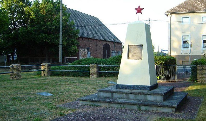 Муниципалитет Штайнхёфель. Памятник на братской могиле, в которой захоронено 55 советских воинов.