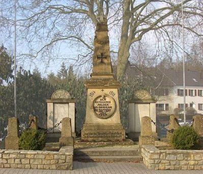 д. Нидалддорф. Памятник землякам, погибшим во время обеих мировых войн.