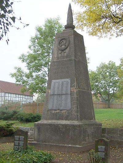 д. Унтерзуль. Памятник, установленный на братской могиле, в которой похоронено 107 советских военнопленных.