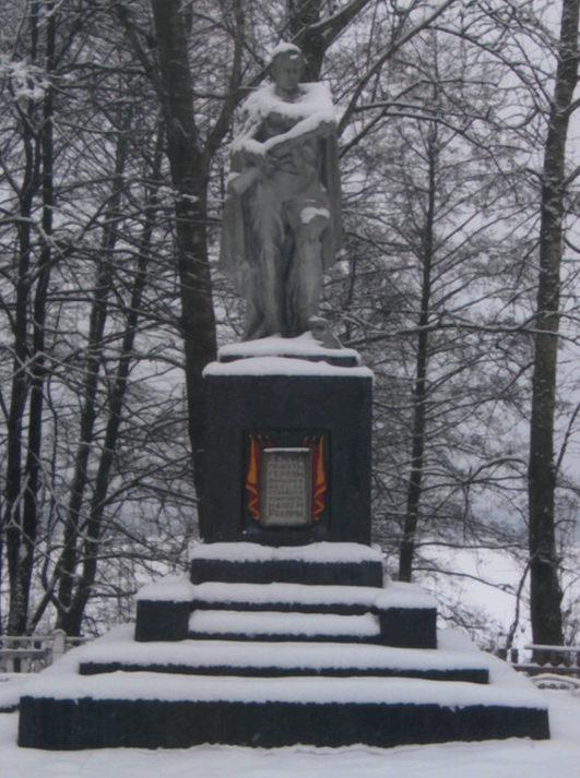 д. Орля Щучинского р-на. Памятник, установленный в 1967 году на братской могиле, в которой похоронено 57 советских воинов и партизан.