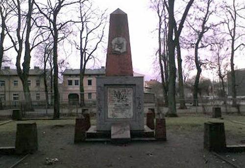г. Эберсвальде. Памятник на братской могиле, в которой захоронено 7 советских воинов.