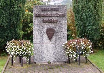 Комуна Фрауэнзее. Памятник на месте трудового концлагеря «Фрауэнзее-Спринген», 500 заключенных которого работало на шахтах. 14 из них погибло.