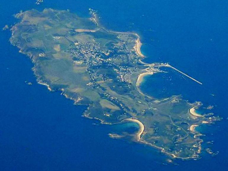 Вид на остров Олдерни с высоты.