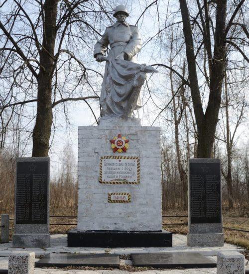 д. Холочье Чечерский р-н. Памятник, установленный в 1959 году на братской могиле, в которой похоронено 47 советских воинов, погибших в годы войны.