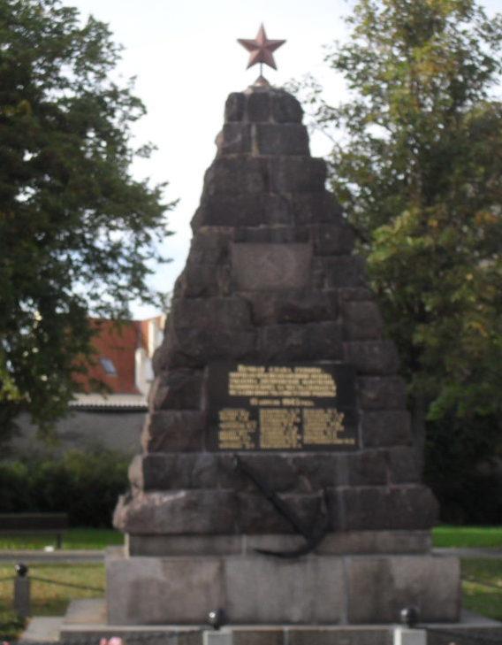 г. Эйзенхюттенштадт. Памятник на братской могиле советских воинов.