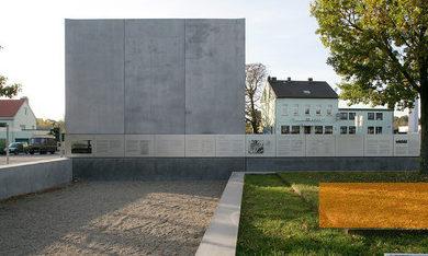 Стена мемориала с надписью.