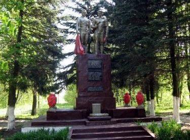 д. Раклевичи Дятловского р-на. Памятник, установленный в 1974 году в память о 56 земляках, не вернувшимся с войны.