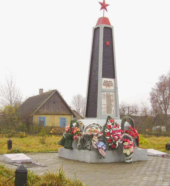 д. Рожанка Щучинского р-на. Памятник, установленный на братской могиле, в которой похоронено 6 советских воинов.
