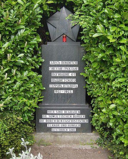 г. Фёльклинген. Памятник на месте братской могилы советских воинов.
