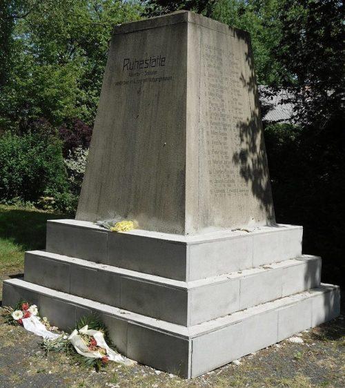 Памятники на кладбище.