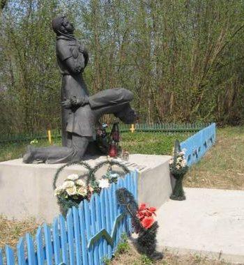 д. Трахимовичи Дятловского р-на. Памятник, установленный на братской могиле, в которой похоронен 161 мирный житель, расстрелянный немецко-фашистскими захватчиками.