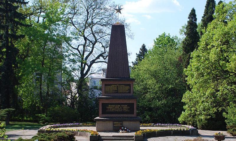 г. Эркнер. Памятник, установленный на братской могиле, в которой захоронено 34 советских воина.