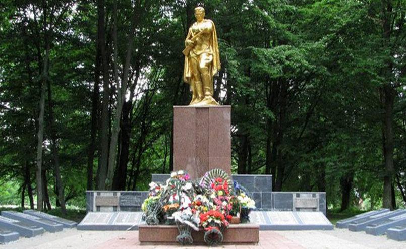 г. Щучин. Памятник на улице 17 сентября, установлен у братских могил, в которых похоронено 229 советских воинов и 6 партизан.