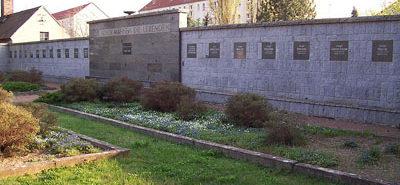 г. Айленбург. Памятник, установленный на месте братской могилы, в которой похоронено 40 советских воинов.