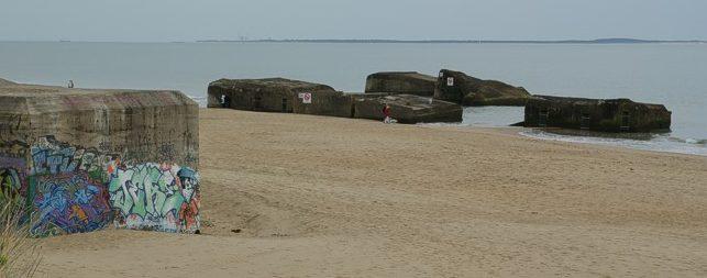 ДОТы на берегу.