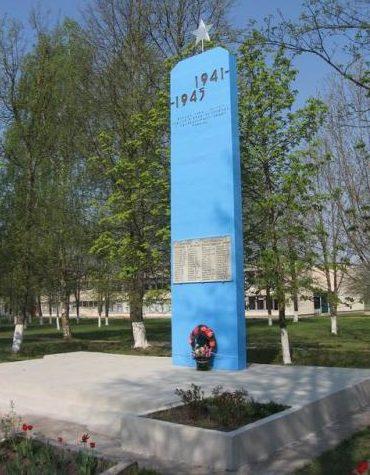 д. Хвиневичи Дятловского р-на. Памятник, установленный в 1968 году в память о 60 земляках, не вернувшимся с войны.