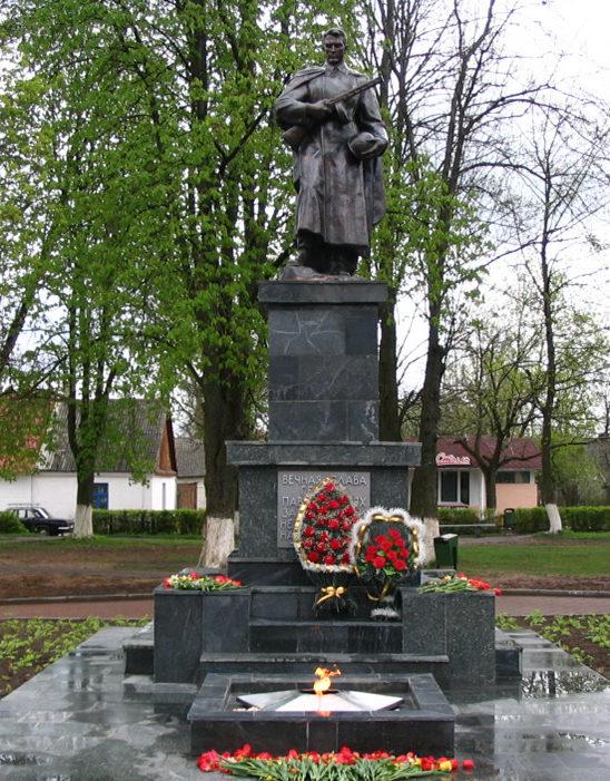 г. Щучин. Памятник по улице Советской, установленный на братской могиле, в которой похоронено 235 воинов и партизан.