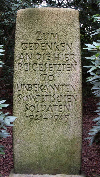 г. Зевен. Памятный знак на советском воинском кладбище, где похоронено 170 солдат.