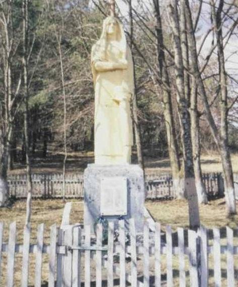 д. Якубовичи Щучинского р-на. Памятник, установленный в 1967 году на братской могиле, в которой похоронено 27 советских воинов.