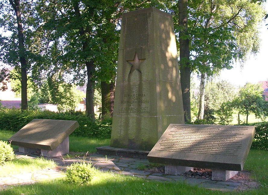 г. Блуно. Памятник павшим советским воинам.