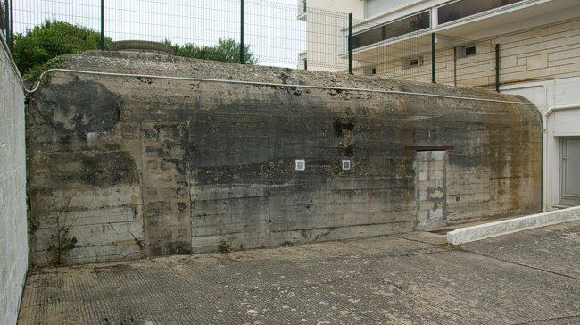Бункеры, интегрированные в современную застройку города.