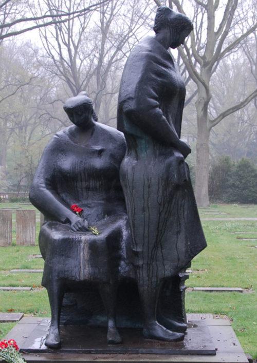 Бронзовая скульптура «Женщины в трауре» у братских могил немецких солдат.