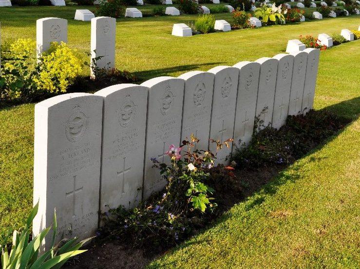 Надгробные камни для экипажа сбитого бомбардировщика.