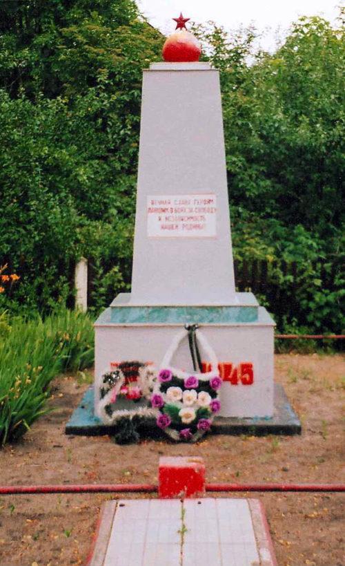 п. Деречин Зельвенского р-на. Памятник, установленный на братской могиле, в которой похоронено 154 советских воинов, в их числе Герой Советского Союза, уроженец Казахстана Казбек Нуржанов.