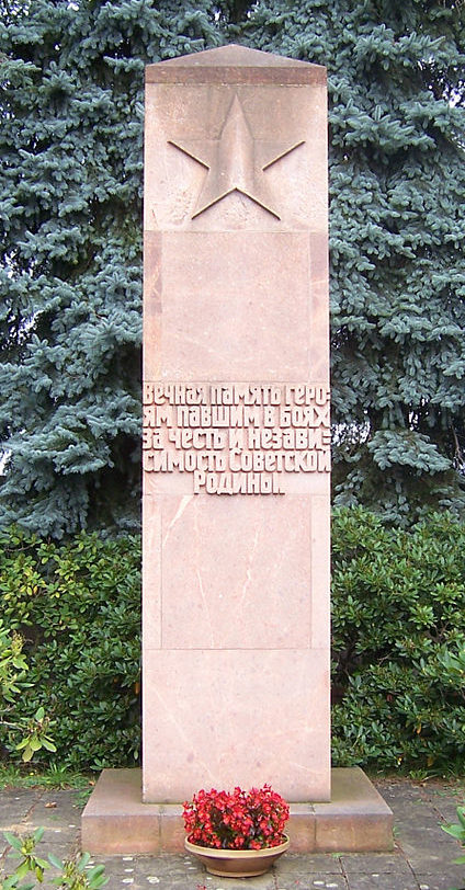 д. Гроссграбе города Бернсдорф. Памятник, установленный у братских могил, в которых похоронено 45 советских воинов.