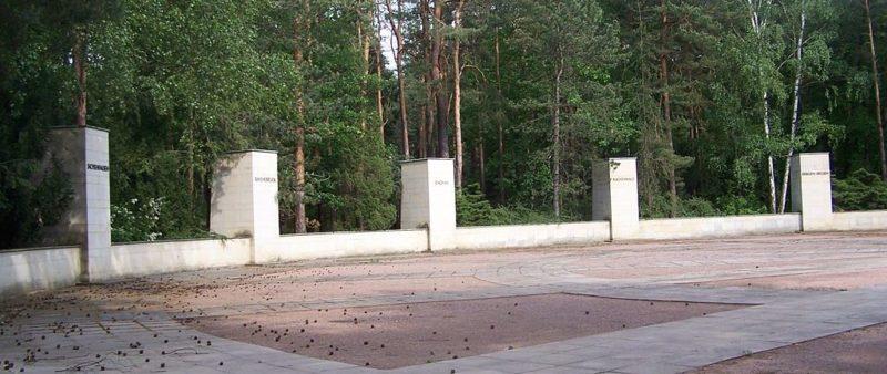 Колонны, символизирующие 14 концлагерей.