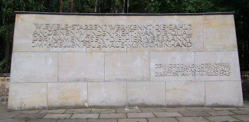 г. Дрезден. Стена памяти 16 тысяч жителей города, погибших во время бомбардировки союзников 13 февраля 1945 года
