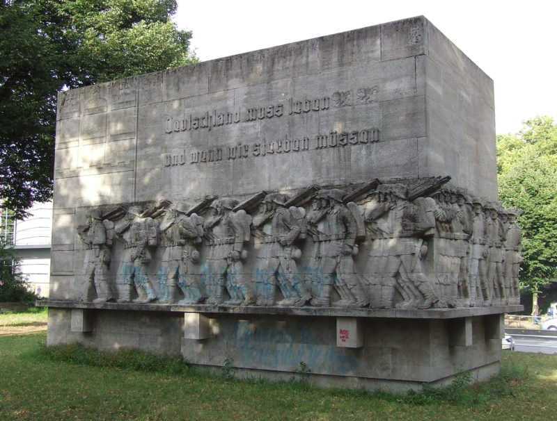 г. Гамбург. Мемориал воинам 76-го пехотного полка содержит надпись «Deutschland muß leben, und wenn wir sterben müssen» (Германия должна жить, даже когда мы должны умереть).