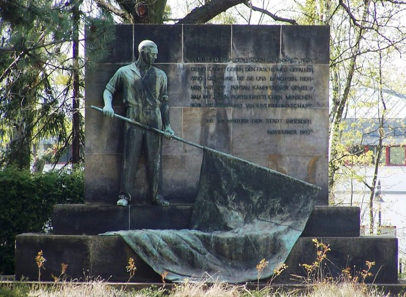Бронзовая скульптура на мемориале.