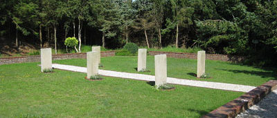 п. Лангеог. Памятники, установленные на братских могилах, в которых похоронено 113 советских военнопленных.
