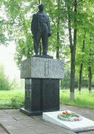 д. Бакшты Ивьевского р-на. Памятник, установленный в 1964 году на братской могиле, в которой похоронено 252 советских воинов.